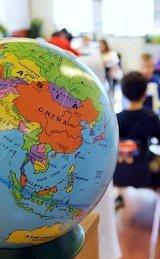L'aide d'adolescent courent à l'étranger